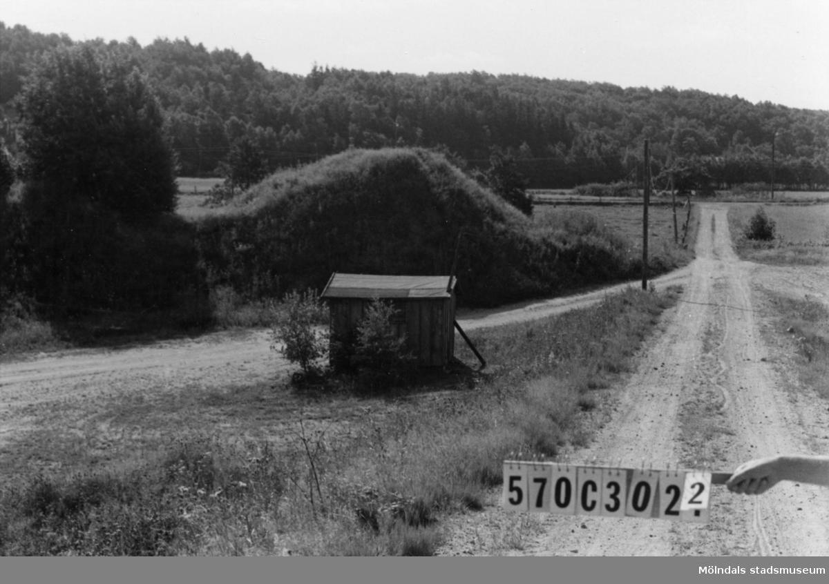 Byggnadsinventering i Lindome 1968. Dvärred 3:7. Hus nr: 570C3022. Benämning: två skjul. Kvalitet: dålig. Material: trä. Övrigt: finns i grustaget. Tillfartsväg: framkomlig.
