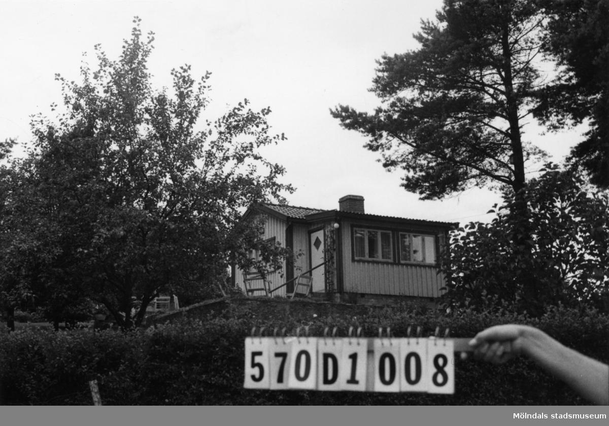 Byggnadsinventering i Lindome 1968. Annestorp 2:72. Hus nr: 570D1028. Benämning: fritidshus och redskapsbod. Kvalitet, fritidshus: god. Kvalitet, redskapsbod: mindre god. Material: trä. Övrigt: ligger fult. Tillfartsväg: framkomlig. Renhållning: soptömning.