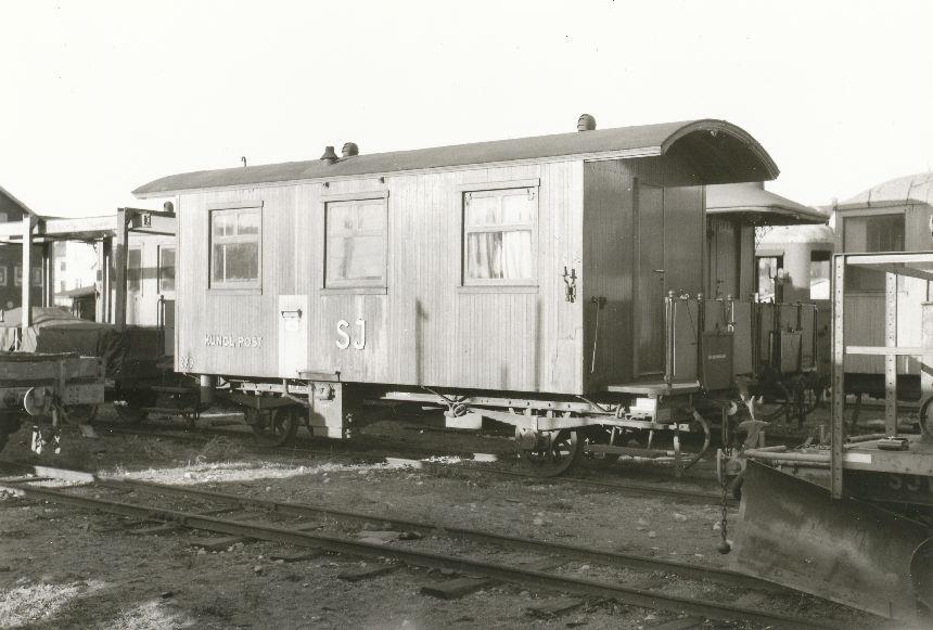 Fotografi föreställande Järnvägspostvagnen SJ litt CD9p 279, t.d Kalmar-Torsås järnväg C 1332. Fotot är taget i Växjö 1953.