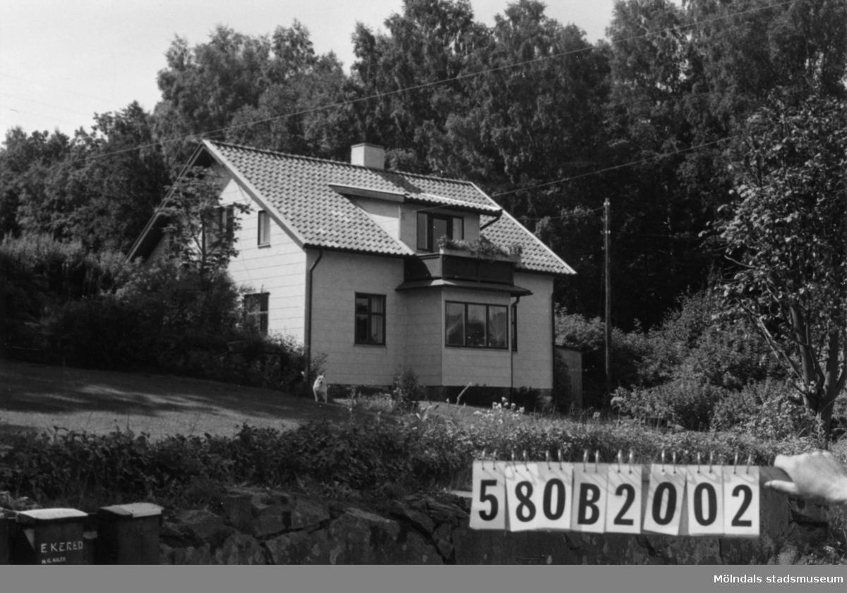 Byggnadsinventering i Lindome 1968. Dvärred 4:5. Hus nr: 580B2002. Benämning: permanent bostad och två redskapsbodar. Kvalitet, bostadshus: mycket god. Kvalitet, redskapsbodar: mindre god. Material, bostadshus: eternit. Material, redskapsbodar: trä. Tillfartsväg: framkomlig.