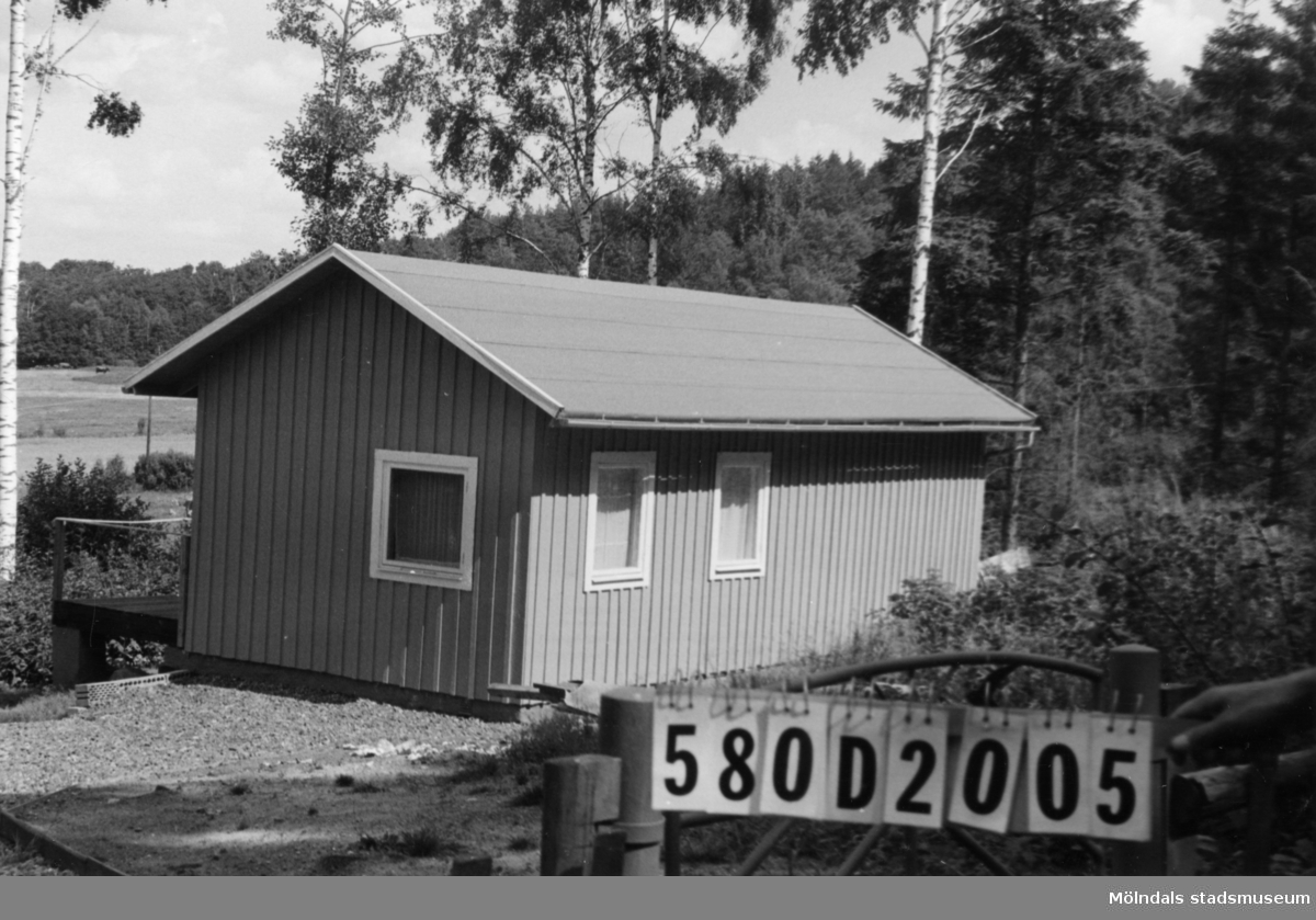 Byggnadsinventering i Lindome 1968. Hassungared 3:34. Hus nr: 580D2005. Benämning: fritidshus och redskapsbod. Kvalitet, fritidshus: mycket god. Kvalitet, redskapsbod: dålig. Material: trä. Tillfartsväg: framkomlig.