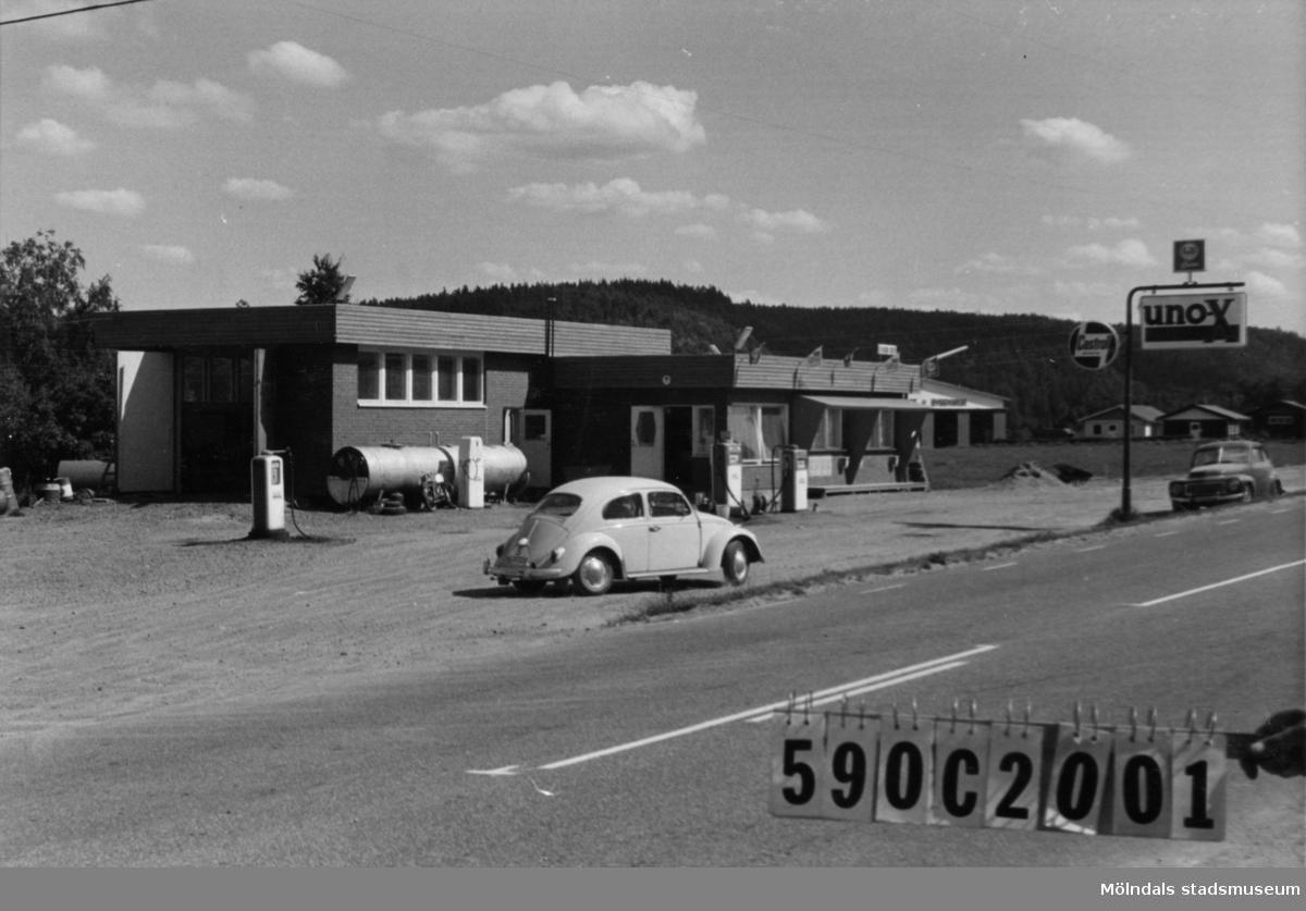 Byggnadsinventering i Lindome 1968. Hällesåker 3:13. Hus nr: 590C2001. Benämning: bensinmack. Kvalitet: mycket god. Material: rött tegel. Övrigt: litet skräpigt. Kiosk i huset. Tillfartsväg: framkomlig.