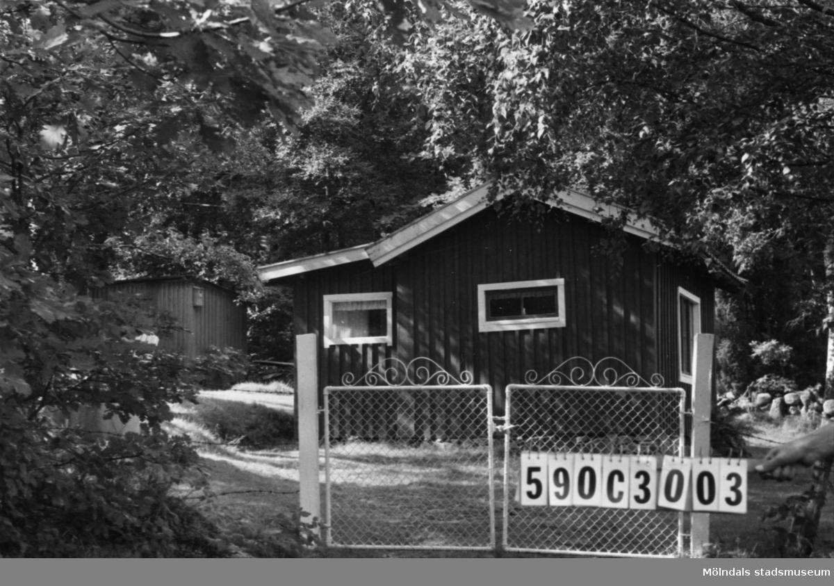 Byggnadsinventering i Lindome 1968. Torvmossared 1:20. Hus nr: 590C3003. Benämning: fritidshus och redskapsbod. Kvalitet: mindre god. Material: trä. Tillfartsväg: framkomlig.