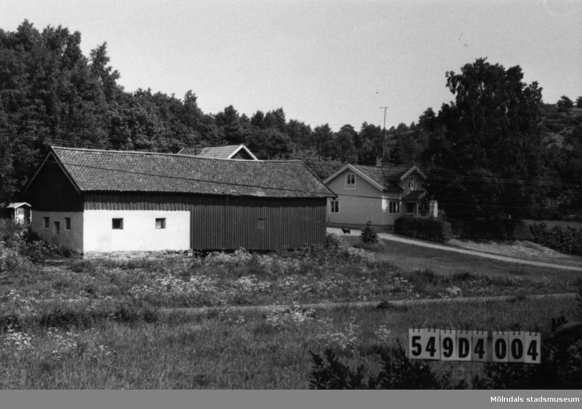 Byggnadsinventering i Lindome 1968. Hällesås 1:5. Hus nr: 549D4004. Benämning: permanent bostad, ladugård och redskapsbod. Kvalitet, bostadshus: god. Kvalitet, övriga: mindre god. Material: trä. Tillfartsväg: framkomlig.