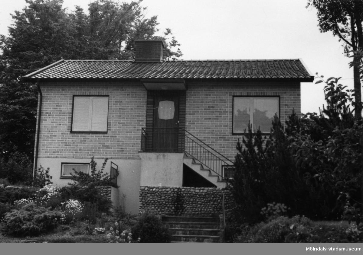 Byggnadsinventering i Lindome 1968. Kimmersbo 1:41. Hus nr: 558B2006. Benämning: permanent bostad och garage. Kvalitet: mycket god. Material: gult tegel. Övrigt: mycket välordnat. Ej för vackert. Tillfartsväg: framkomlig. Renhållning: soptömning.