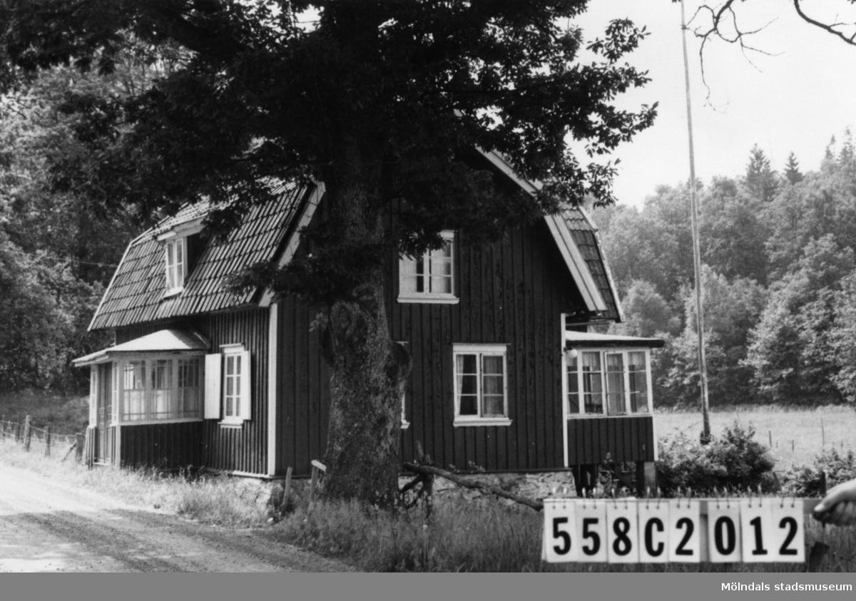 Byggnadsinventering i Lindome 1968. Långås 1:9. Hus nr: 558C2012. Benämning: permanent bostad, redskapsbod och hönshus. Kvalitet, bostadshus: mindre god. Kvalitet, övriga: dålig. Material: trä. Tillfartsväg: framkomlig.