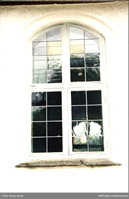 Kållereds kyrka - detalj, fönster på långhusets norra fasad.