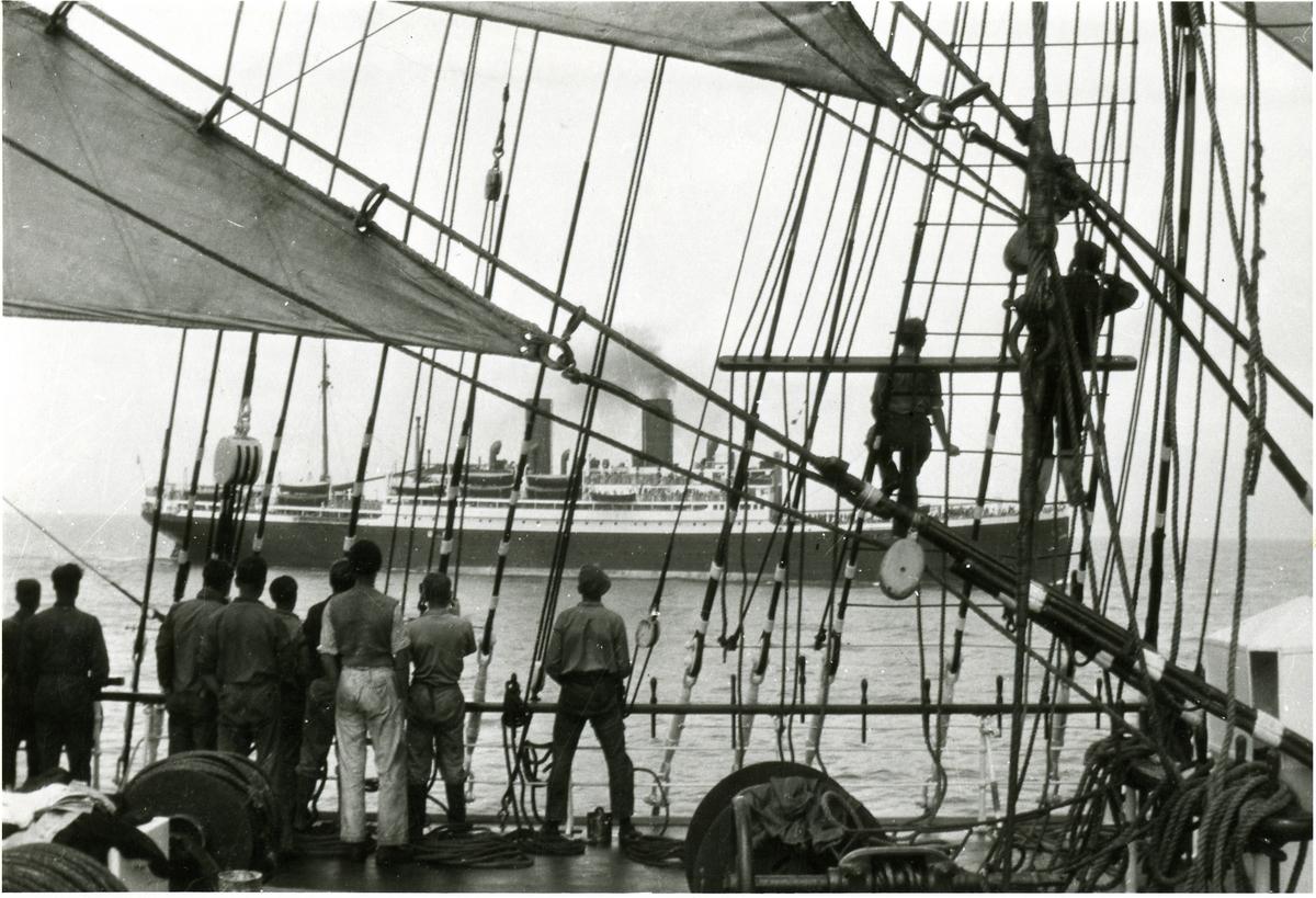 Fyrmastade barkskeppet Abraham Rydberg [III] vid möte med s/s Sierra Cordoba, OBS; Den mest hjul- och bredbente besättningsmannen är Björn Atterberg, sedermera kapten i Kungliga Flottan.