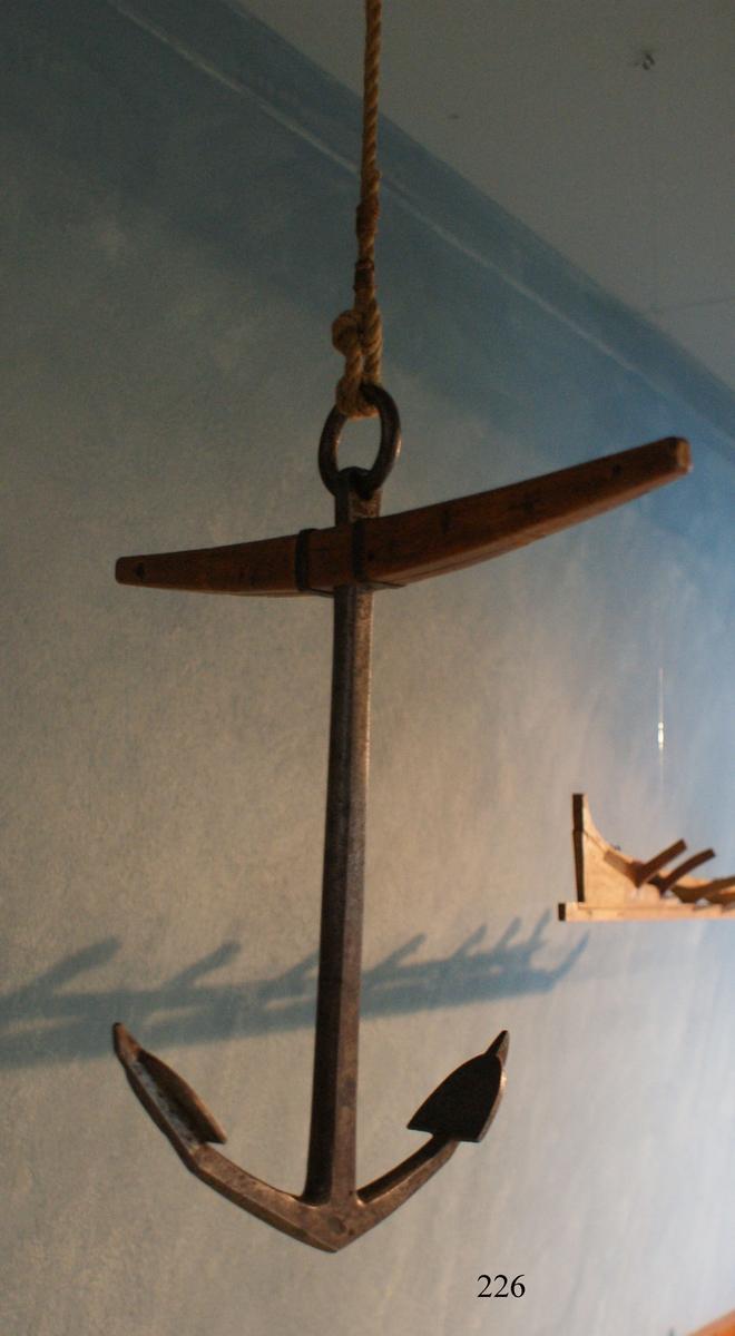 Skeppsankare, modell av järn. Stocken av trä, omålad. Troligen från 1700-talet.