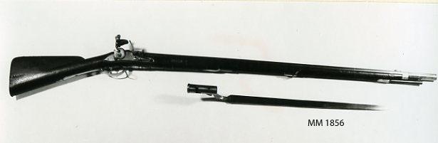 Musköt, 1738 års modell, variant med varhake, flintlås, märkt: VSB med krona. Kolven av trä, pipa och mekanism av stål. Beslagen av metall. Laddstake av trä. Pipan slätborrad. Stickbajonett 700 mm lång. Pipans längd 1090 mm.