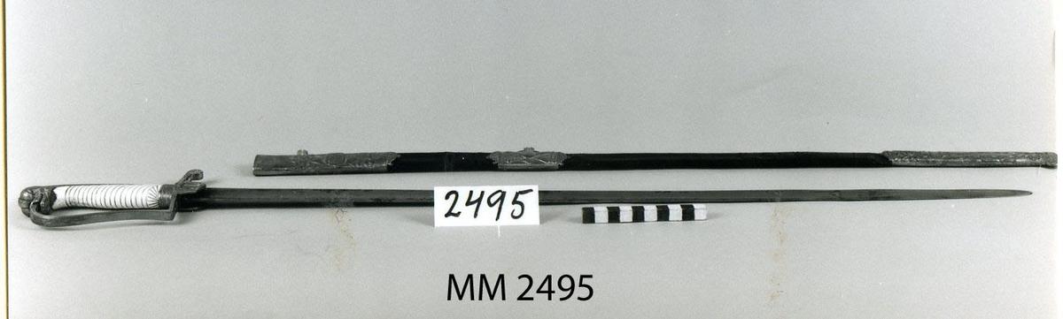 Uniformsvärja för sjöofficer m/1824, med balja och gehäng Märkt med Carl XIV:s emblem