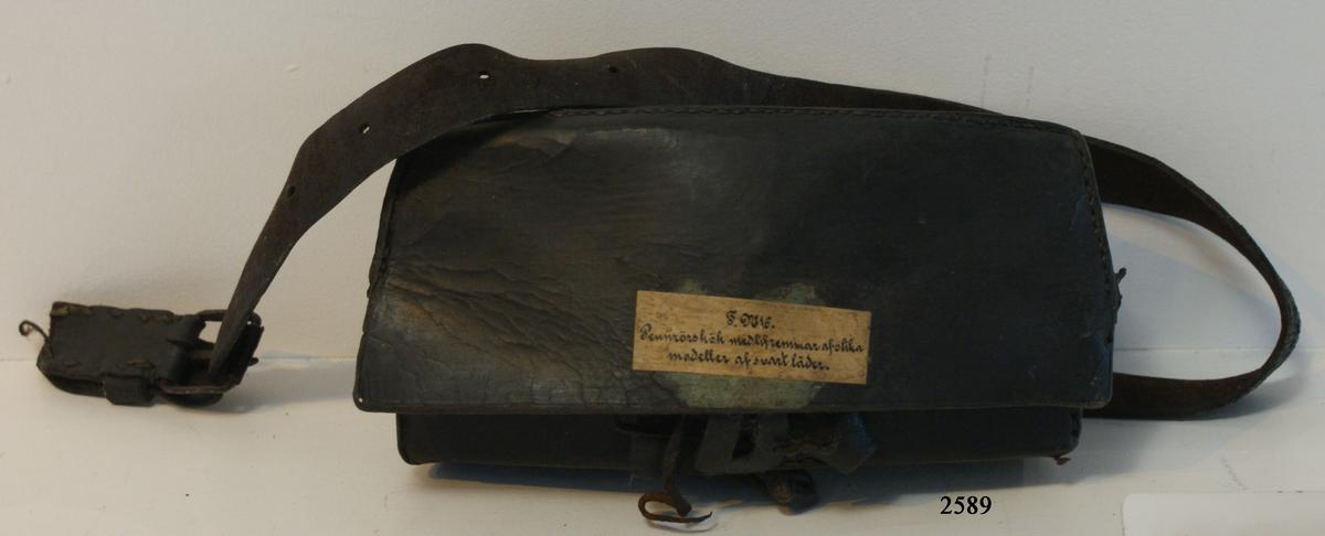 Pennrörskök av svart läder, med livrem.