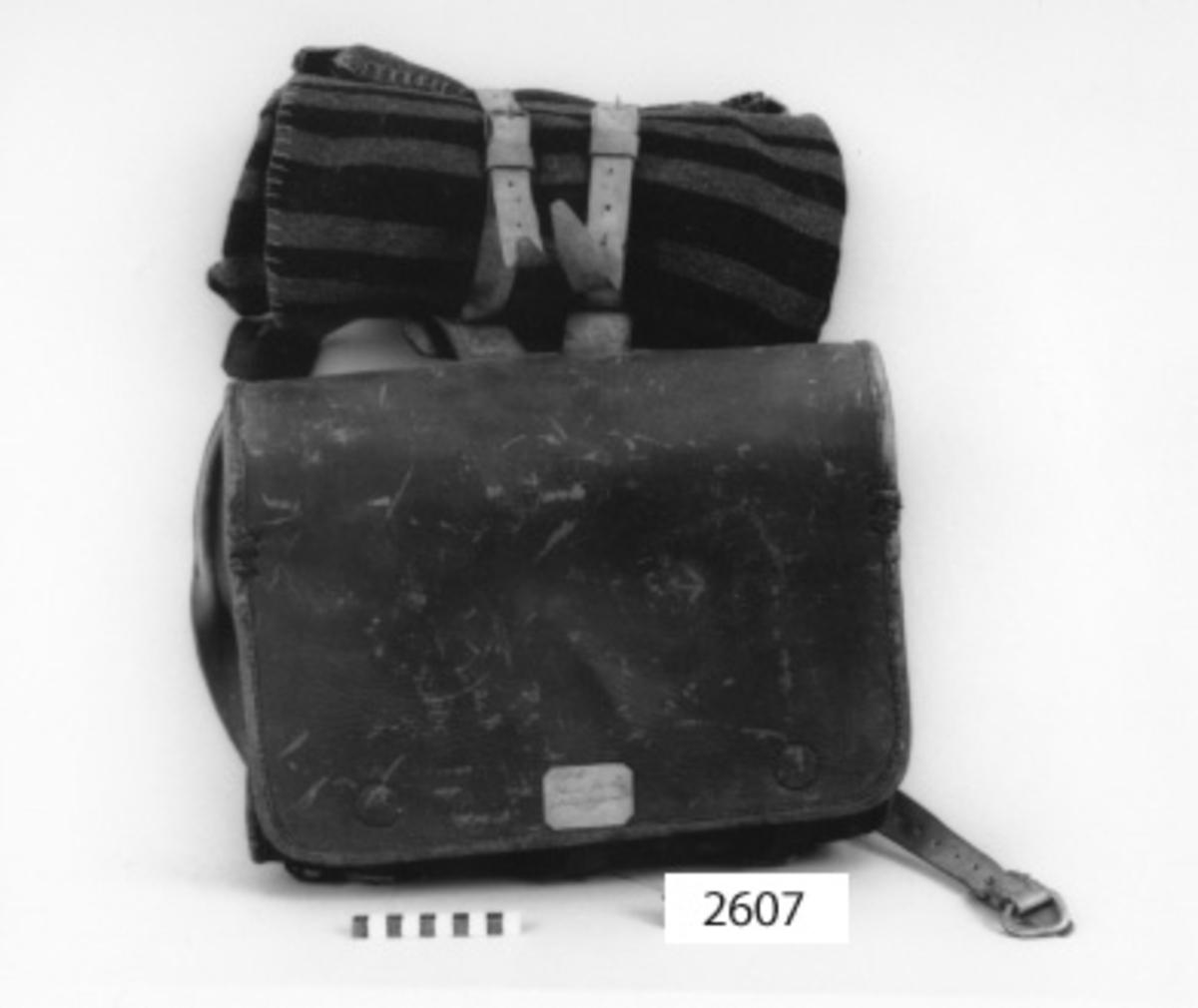 Ränsel för kungliga marinregementet med 7 st remmar av läder och söljor av järn.