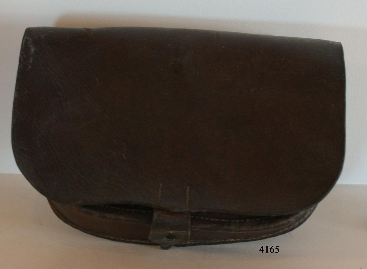 Patronkök m/1846 för musköt. Av brunt läder. Utan livrem. Märkt med kronstämplar.