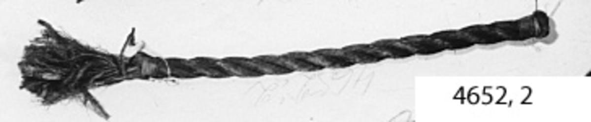Lina av stål och hampa (kombinationslina). Linan av stål, omspunnen med hampa. Ändarna taglade med lina av mässing.