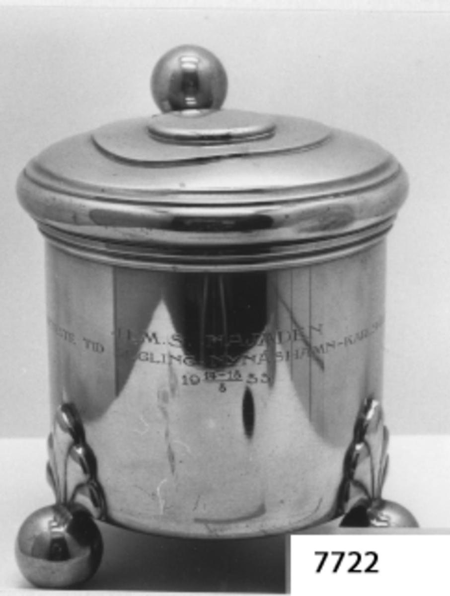 Kanna av tenn, utgörande 1:a pris i segling Nynäshamn-Karlskrona, erövrat av skeppsgossebriggen Najaden år 1933. Inskription:H. M. S. Najaden Kortaste Tid Segling Nynäshamn - Karlskrona  19 14-18/8 33