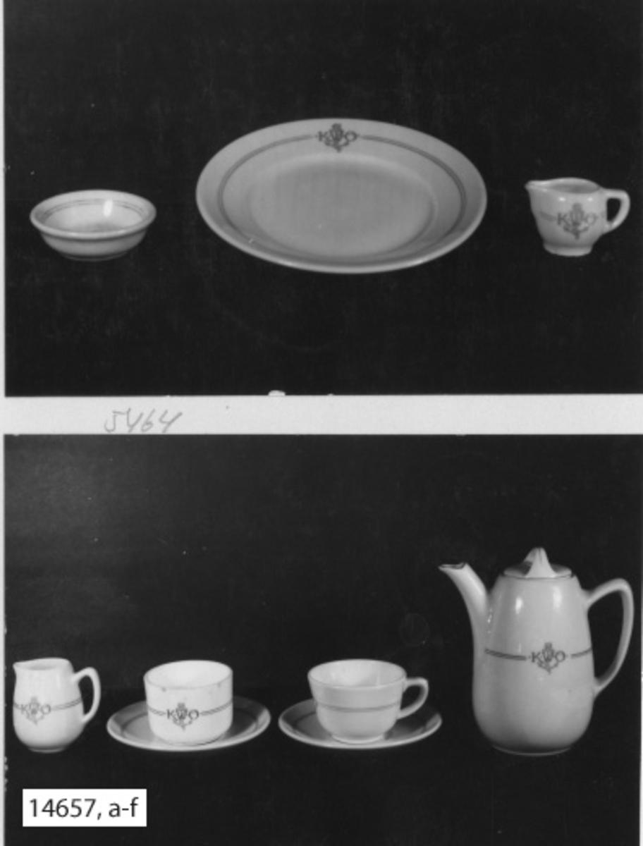Servis, kaffe-, av porslin. Kaffekopp, 6 st, med fat i två olika modeller. Samtliga servisdelar försedda med två smala ränder i blått med emblem och monogram, bestående av ankare och bokstäverna K.W.Ö. (Kronprinsessan Wictorias örlogshem).