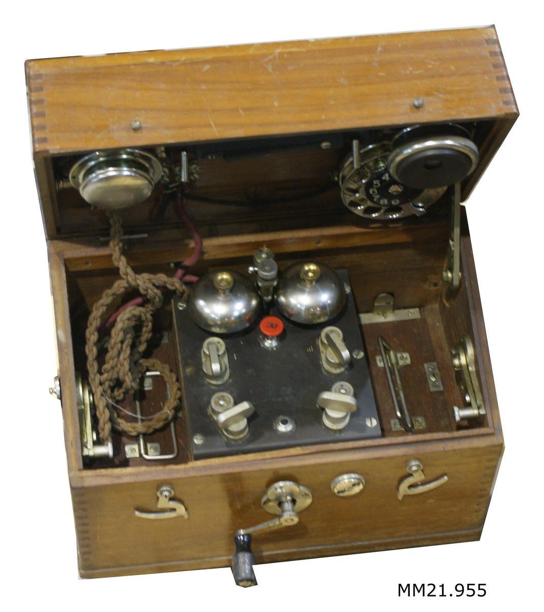 Lådtelefon M/06 monterad i låda av teak. SSS 108,1.