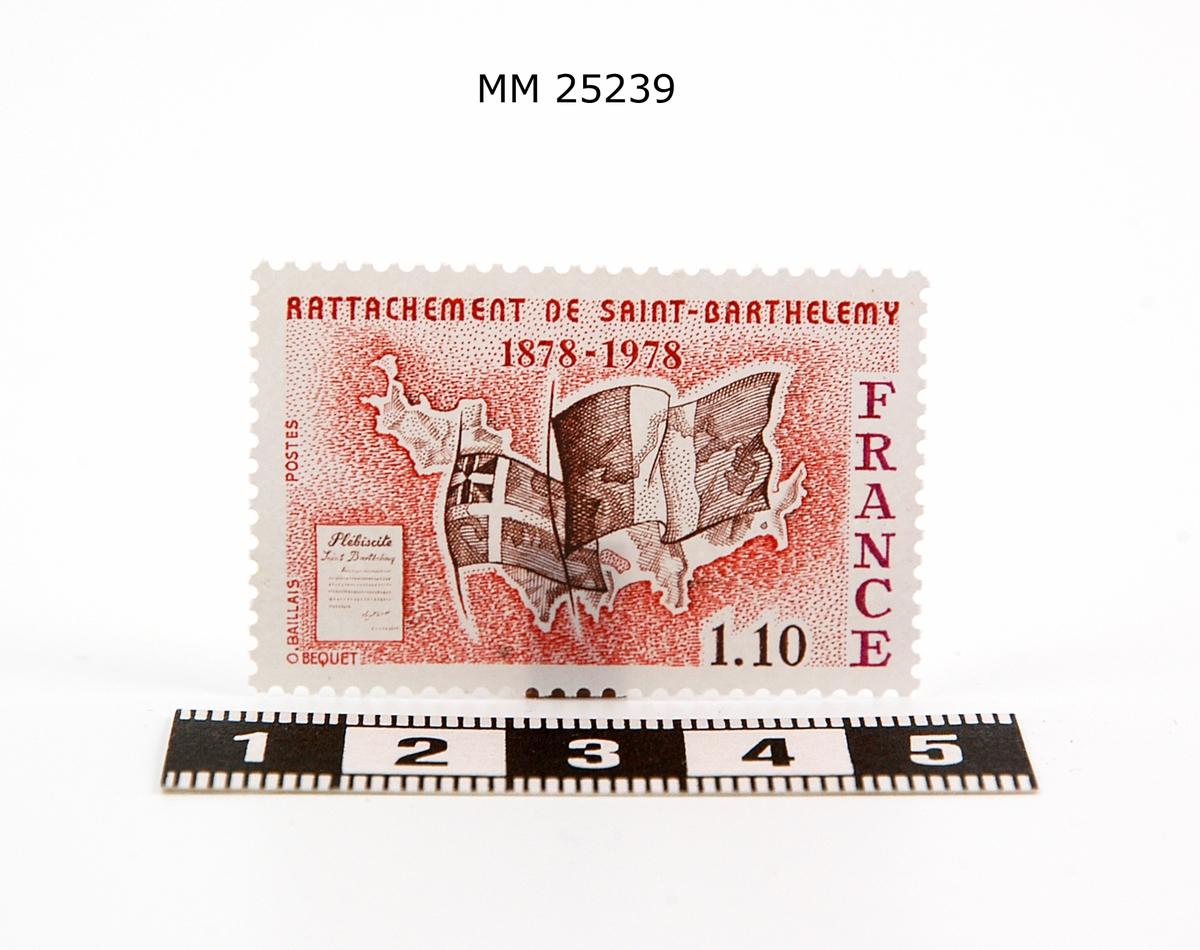 """Frimärke. Rektangulärt med tryck i rött och svart, taggad kant. Konturerna av ön, en svensk-kolonial flagga samt den franska flaggan. Till vänster är ett dokument avbildat """"Plebiscite"""" (folkomröstning). Text på frimärket: """"Rattachement de Saint-Barthelemy 1878-1978, France, 1,10""""."""