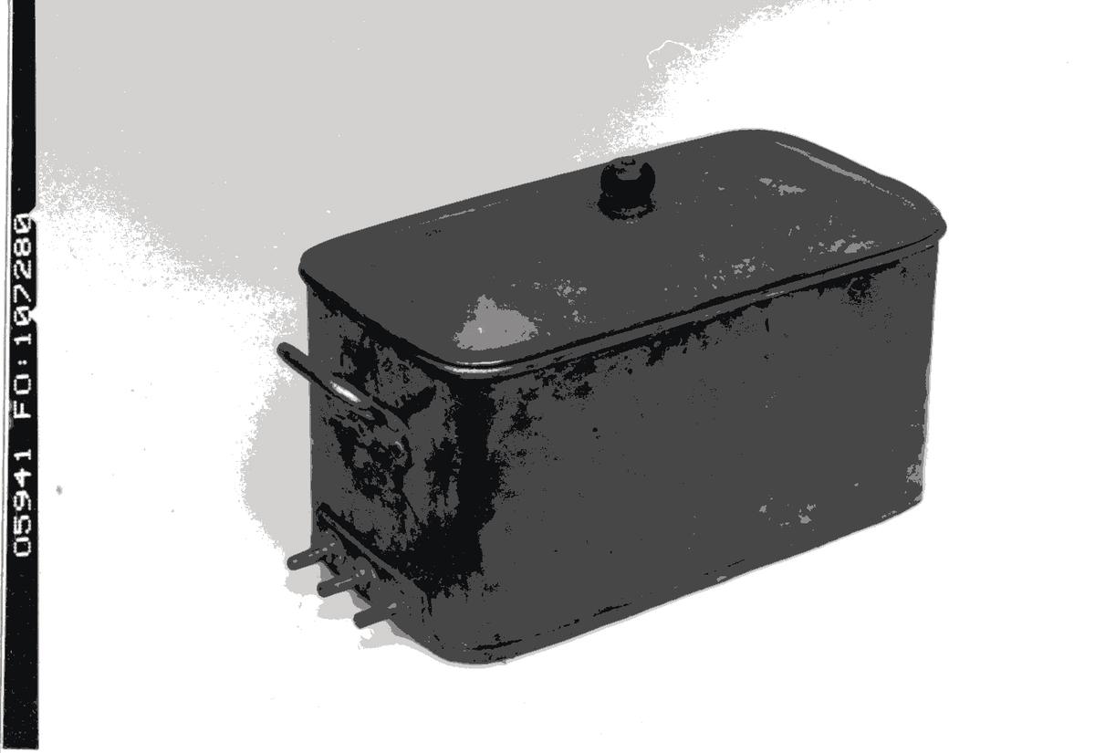 Utgöres av en fyrkantig kastrull med tillhörande silställning för instrument. Försedd med 3-faskontakter för elektrisk uppvärmning. Har små handtag på sidorna. På locket finns en svart knopp.