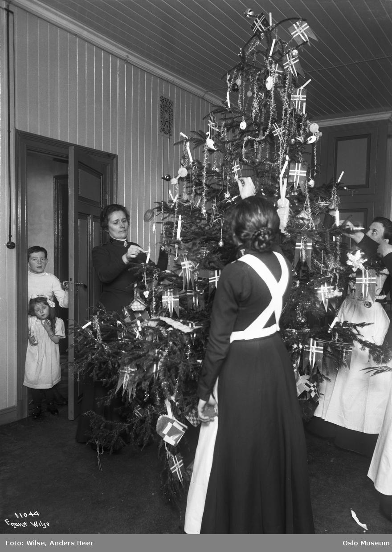 Frelsesarmeens barnehjem, interiør, stue, juletre, tenning, kvinner, dørgløtt, barn