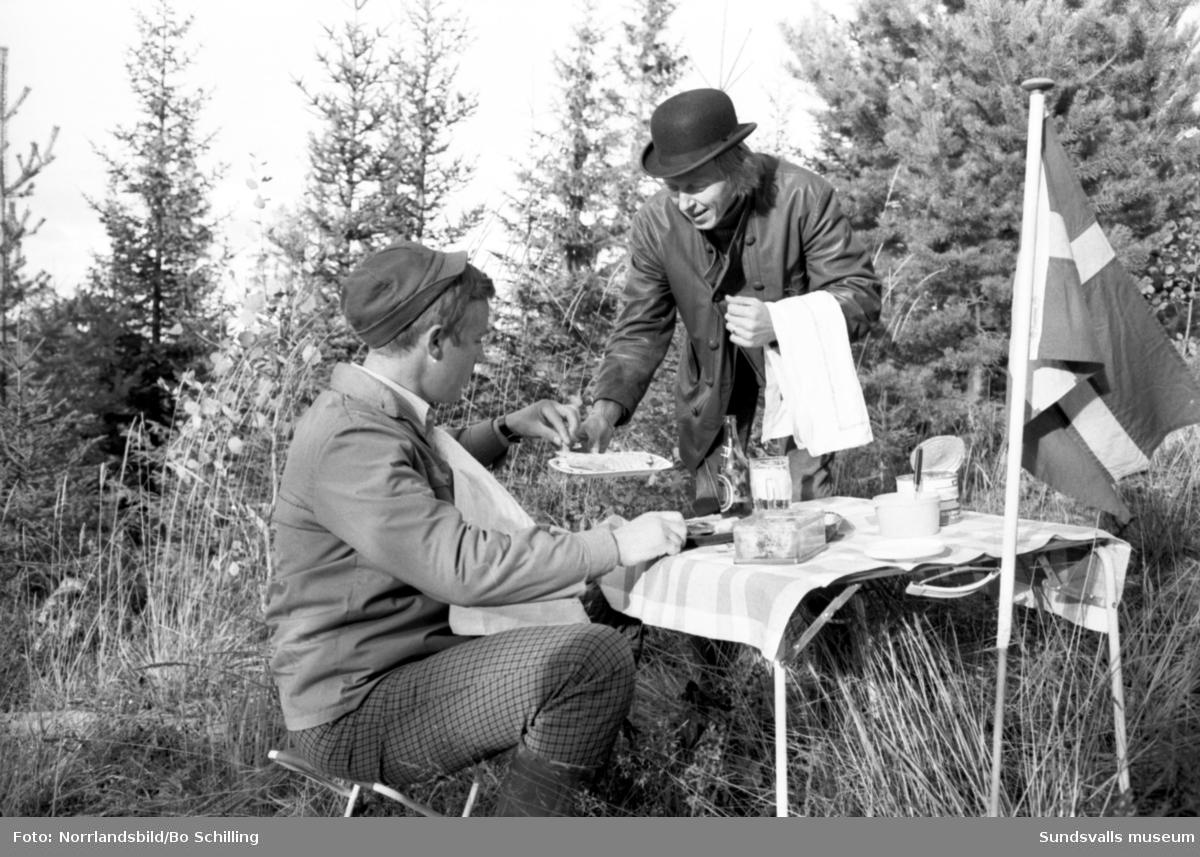 En grupp vuxna och barn på utflykt till Flataklocken i Torpshammar, Sveriges mittpunkt - jämviktspunkt. 62°23'15¿N 16°19'32¿Ö