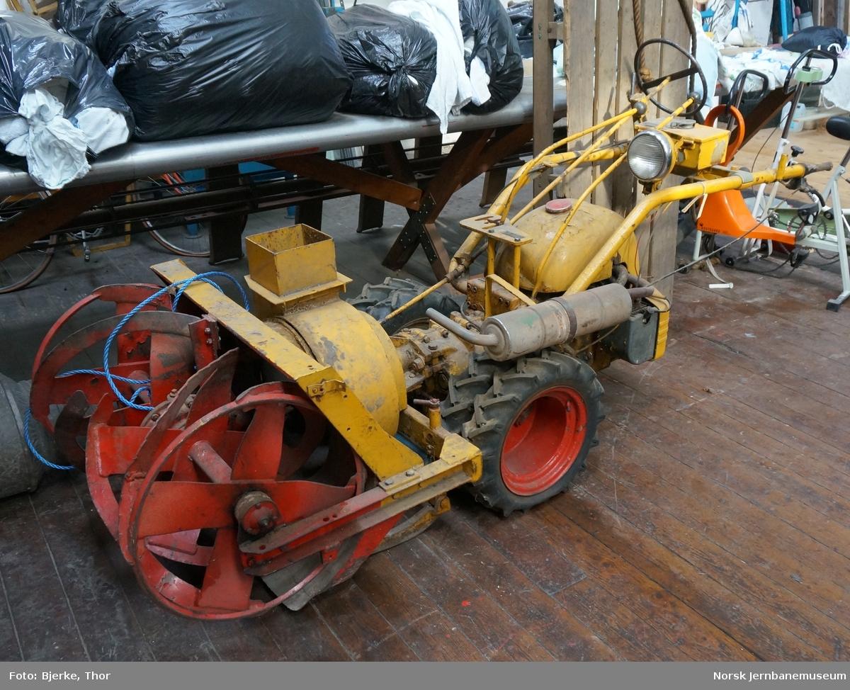Snøfreser bygget på tohjulstraktor, NSB nr. 33-53-005 - snørydding