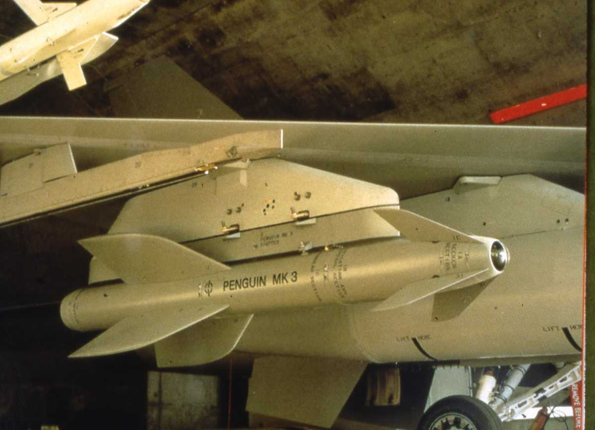 Norsk fly av typen F-16 Falcon. Her sees en Penguin MK-3 som er montert på flyet.