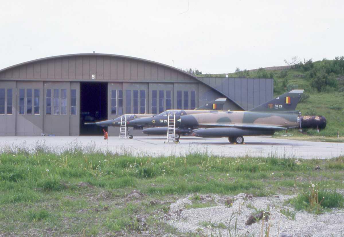 2 stk Belgiske fly av typen Mirage 5 med nr. BR 24 (nærmest) og BR 23, parkert utenfor Hangar 5 på Bodø hovedflystasjon.