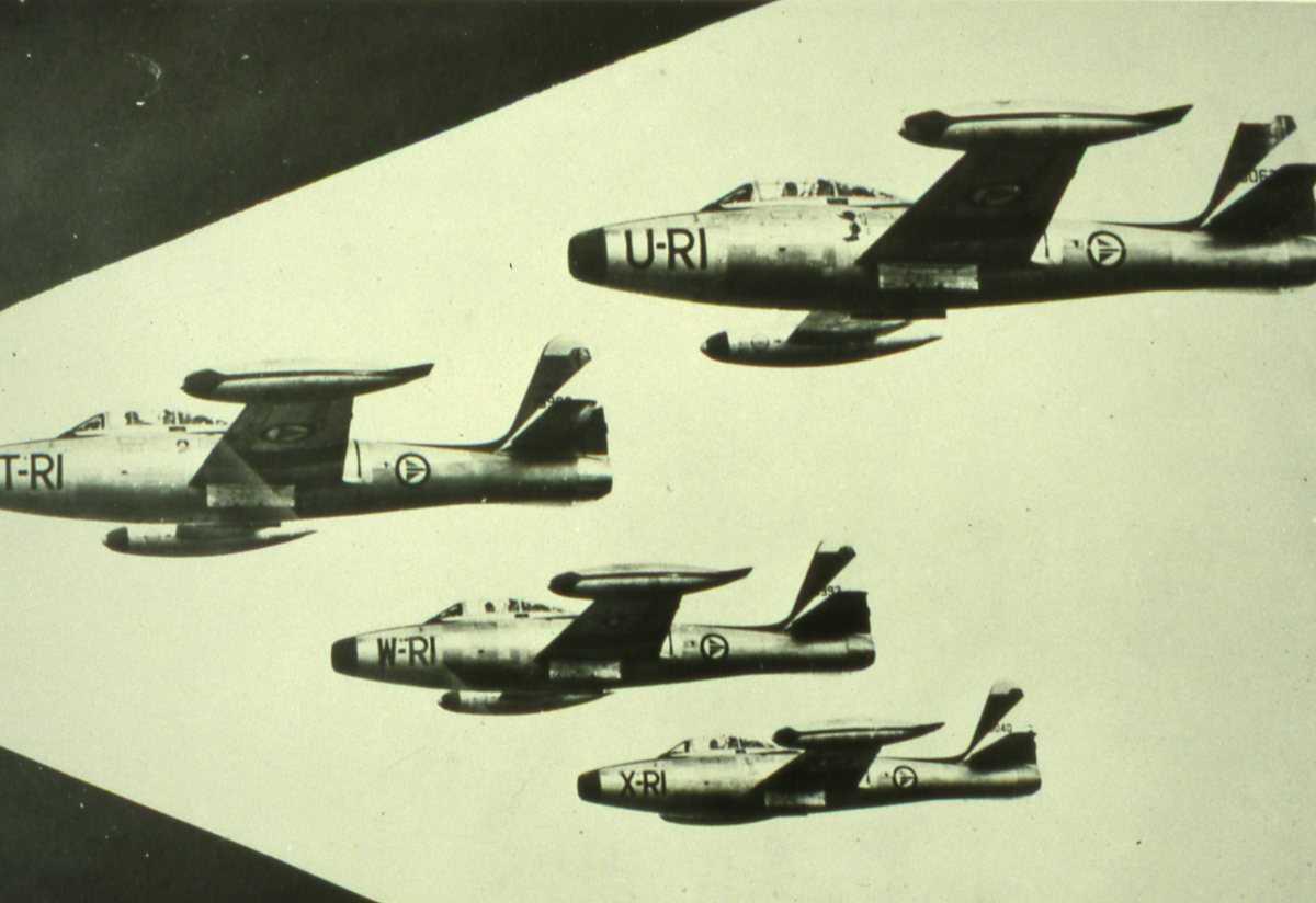 Norske fly av typen F-84G Thunderjet med kjennemerkene RI-U, RI-T, RI-W og RI-X.