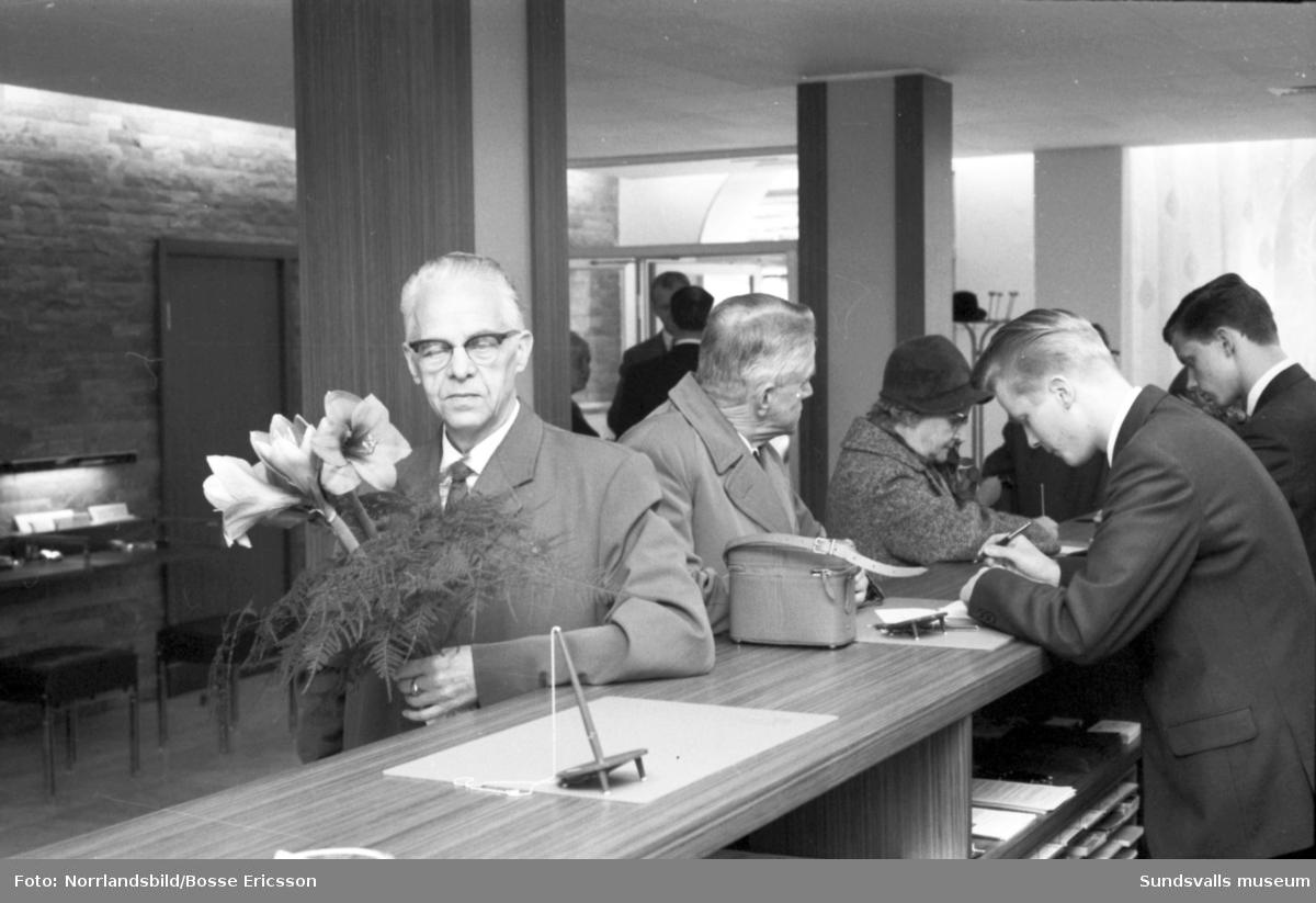 De första kunderna anländer till nyöppnade Skandinaviska Banken.