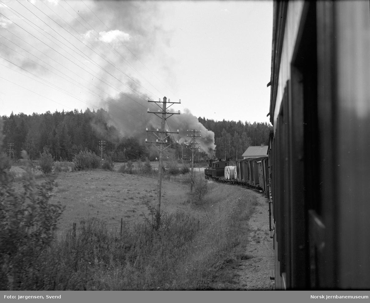 Damplokomotiv med tog 2051 mellom Fossum og Kvevli