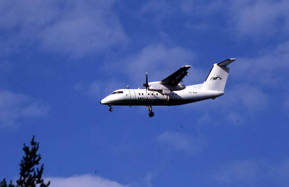 """Ett fly klar til landing, DCH-8-103B. LN-WIM """"Vesterålen"""" fra Widerøe."""