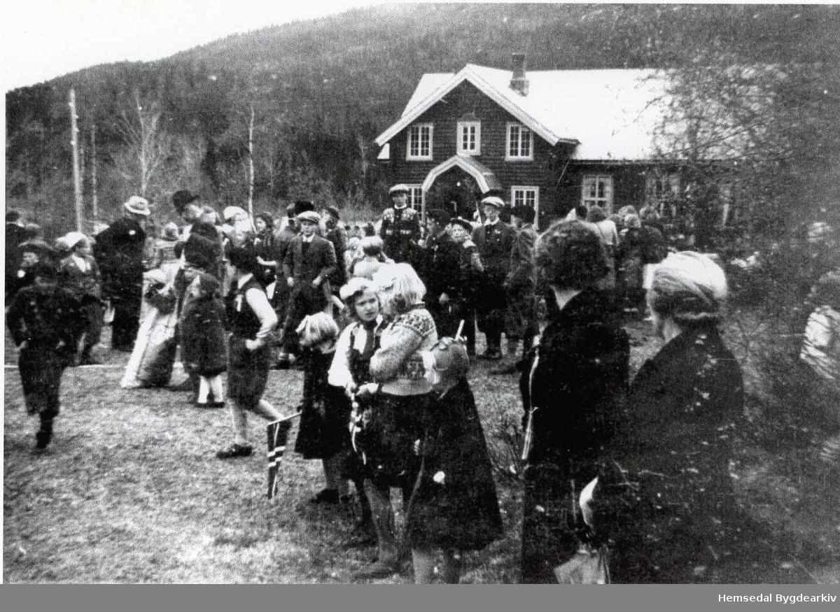 17. mai på Hugnadheim - ungdomslagshuset i bygda Hemsedal. Ungdomshuset låg plassert ved riksvegen/krysset Hulbakvegen. Ungdomshuset vart flytta til det nye idrettsanlegget i Hemsedal på byrjinga av 1980-talet.
