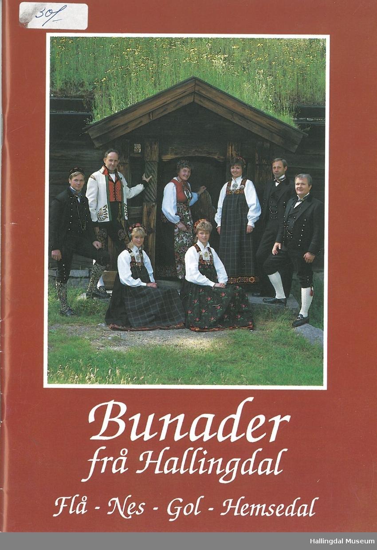 Brosjyren omtaler bunadene fra FLå, Nes, Gol og Hemsedal med tekst og fargebilder.