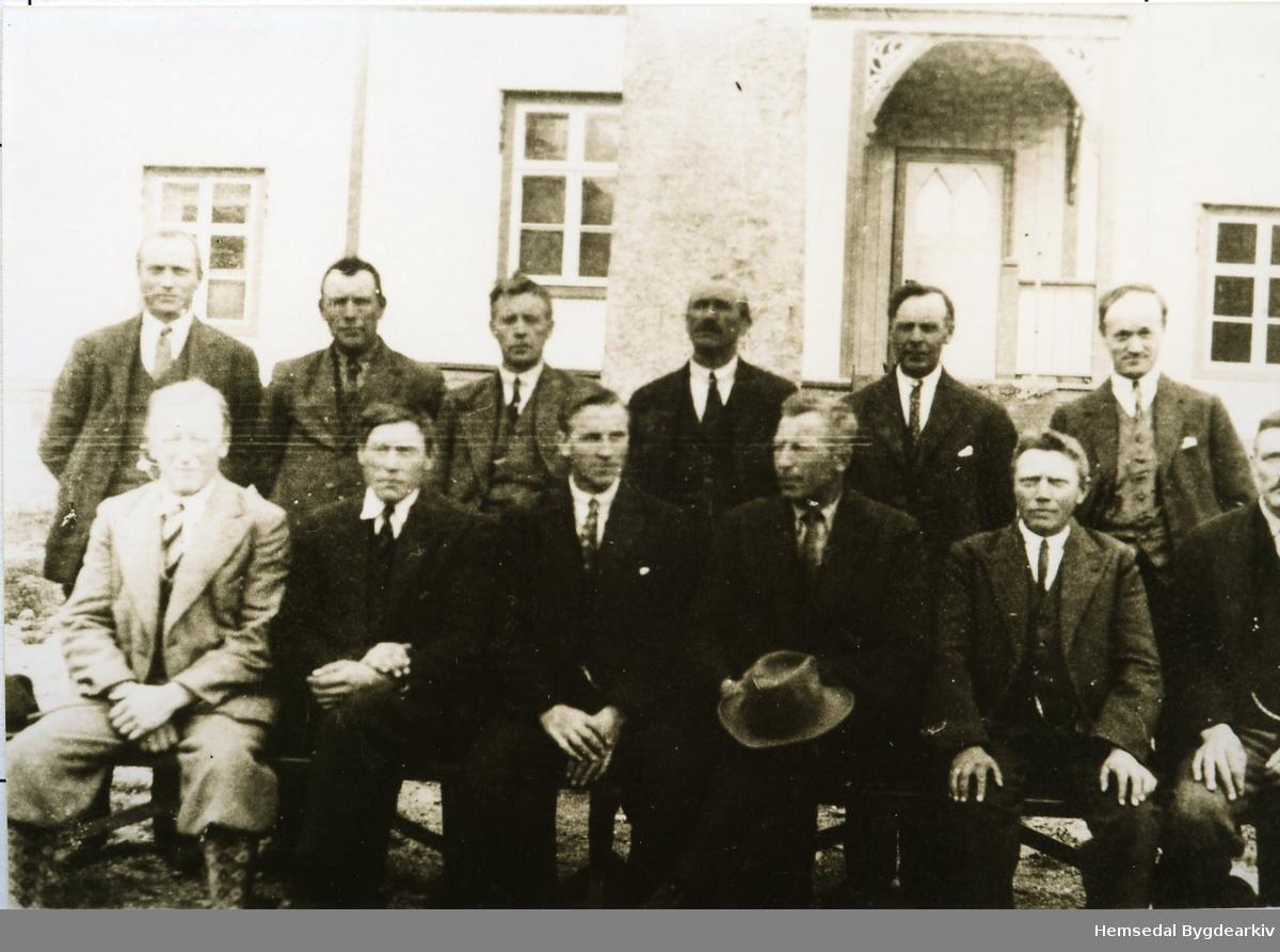 Hemsedal kommunestyre 1935 - 1937 Fremst frå venstre: Ola O. Flaten, Peder L. Markegård, Nils O. Hulbak, Ola E. Aalrust, Ola A. Finset, Ingvar Gjærde. Bak frå venstre: Ola E. Lien, Embrik Skar, Østen Thorset, Nils H. Eikre, Ola P. Embre og Trond Haug.