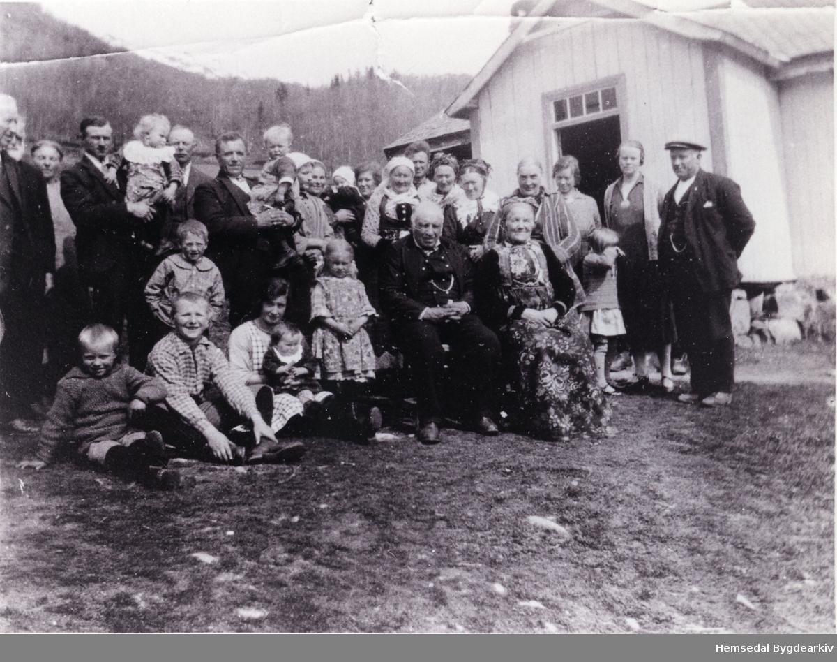 Gullbryllaupet til Torleiv Kirkebøen (f.1852) og Margit, fødd Ulsaker (fødd 1855) Born og borneborn er med