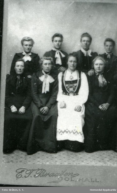 Fyrste rekke frå venstre: Ukjend, Anne Grøthe,gift Blakkestad (1886-1971); Margit P. Markegåd, gift Brennhovd (!877-1957); Kari Jordheim, gift Eikre (1885-1957) Andre rekke frå venstre: Ingrid Trøim, gift Kirkebøen; Ukjend, Ukjend, Ingebjørg Møllerplass? Biletet er teke ca. 1903.
