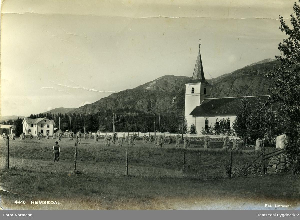 Trøym i Hemsedal med Hemsedal kyrkje, og det gamle kommunehuset til venstre i biletet