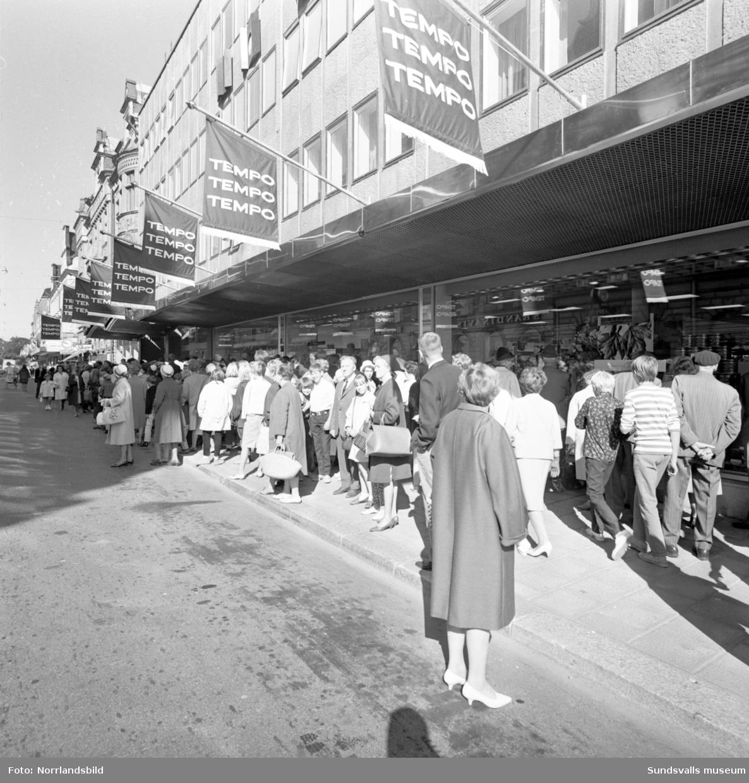 Tempo-invigningen. Utanför ingången samlades mängder av intresserade Sundsvallsbor inför öppningsdags.