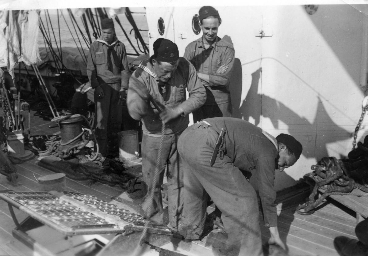 Fartyg: JARRAMAS                        Byggår: 1900 Varv: Örlogsvarvet, Karlskrona Övrigt: Så fostrades gossarna förr, men på vår resa förekom inget sådant.
