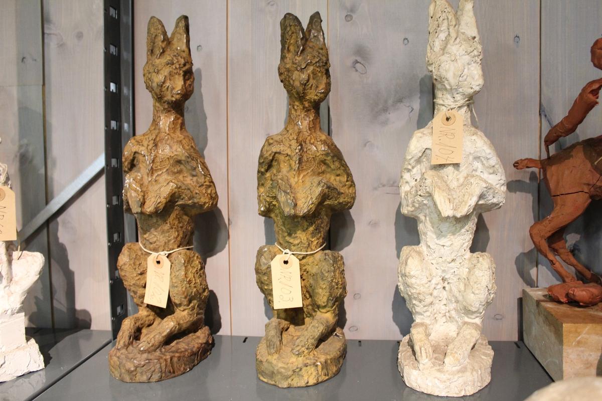 En skulptur i bronse av en hare sittende på to. Se også nr. 103 og nr. 104.