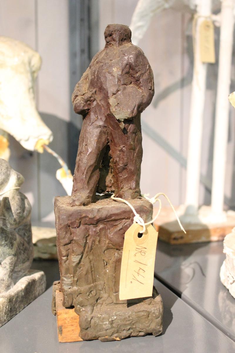 En skulptur i Leire som er et utkast til en statue av Christian Krog.