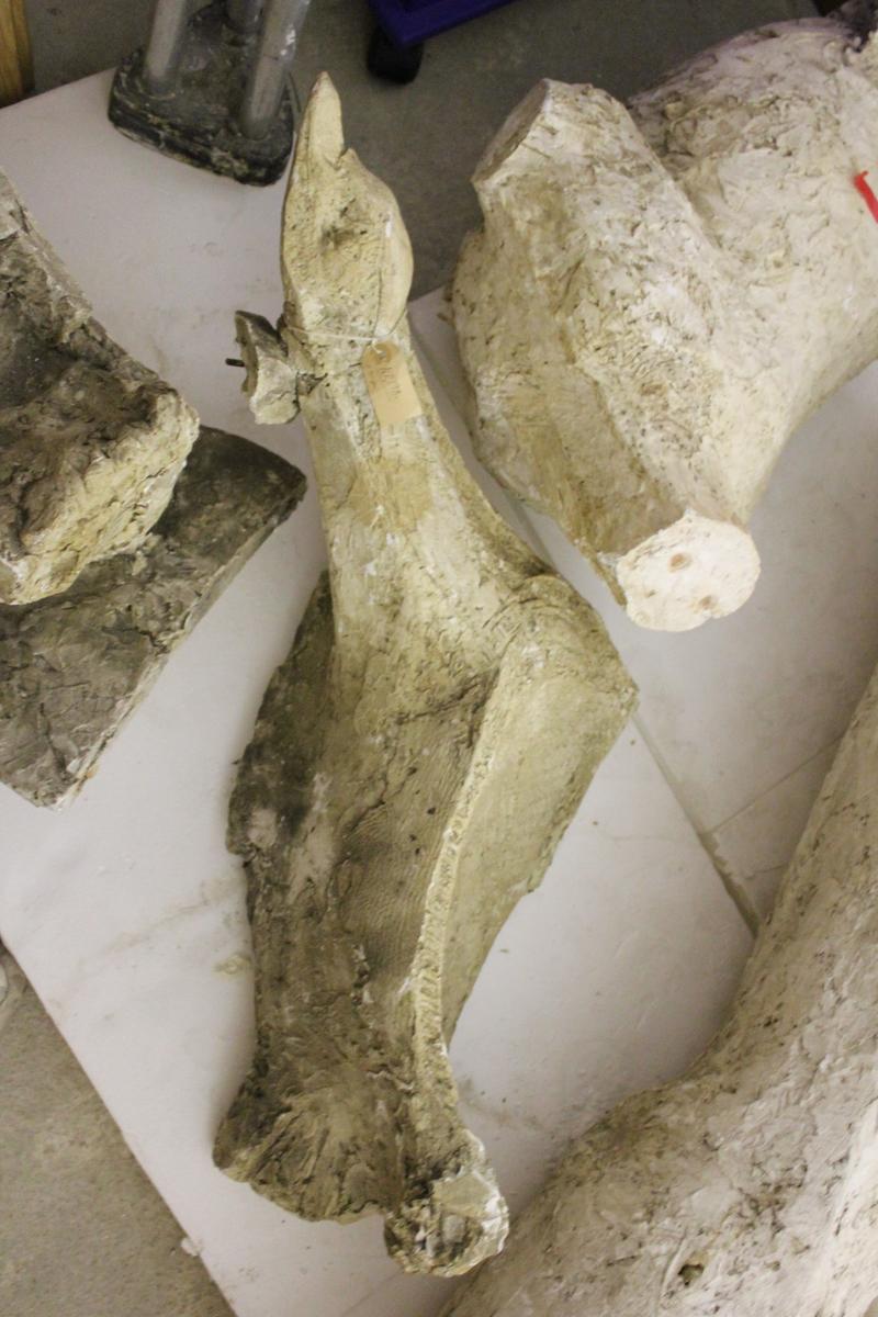 """Skulptur av tre fugler i gips i flere deler. Tittel: """"Tre sjøfugl"""". Denne ferdige skulpturen ble gitt i gave fra Porsgrunn Sparebank til Porsgrunn kommunes jubileum i 1967. Samme skulptur ga Spareskillingsbanken til Kristiansand kommune i 1977."""
