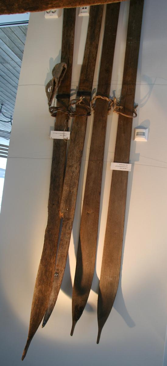 A: Slett under, spiss topp, vidjeband jern bak vidjeband. B: Som A men avbrukne framme, blekkbeter brukt til spjelking. Skiene er fra ca. 1890. Se også Vigmostadboka bind 2, s. 260.