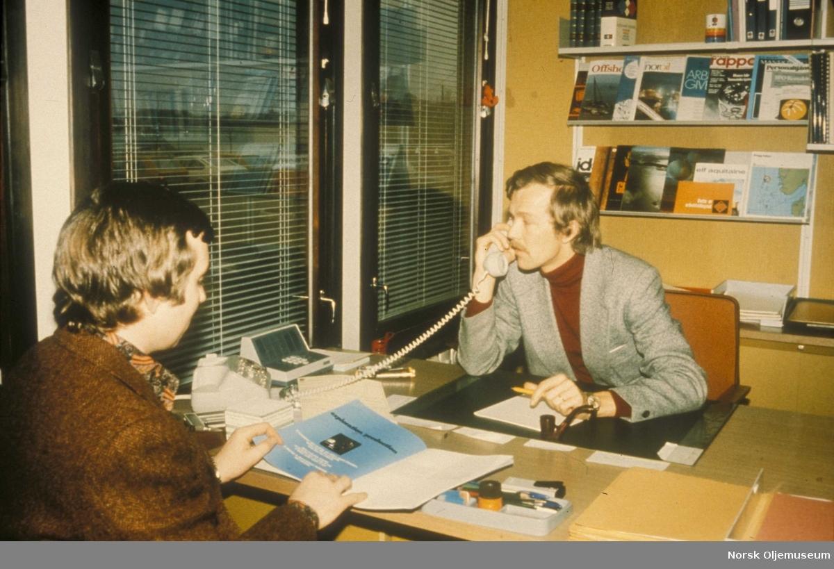 Elf hovedbygg. Personalsjefens kontor. Personalkons. Carl William Copeland og personalsjef Morten Koldrup.