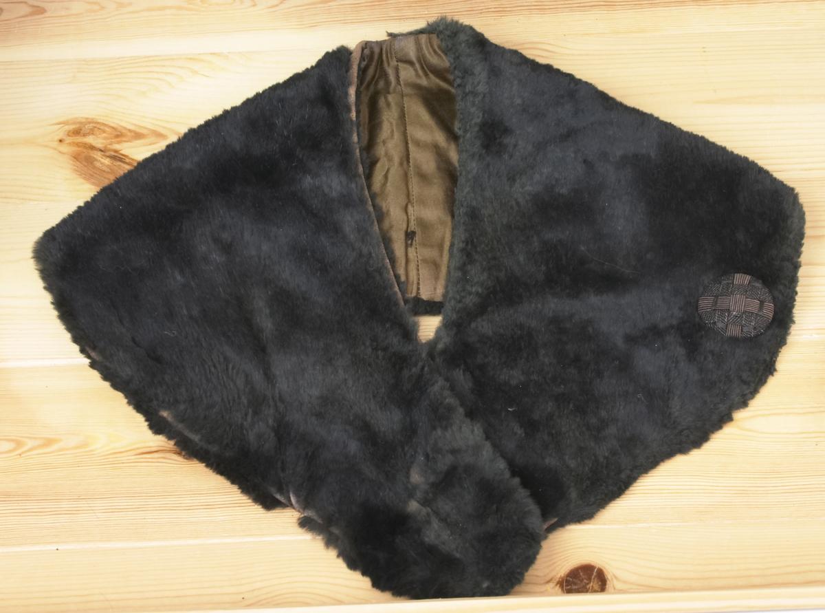 En svart skinnkrage.