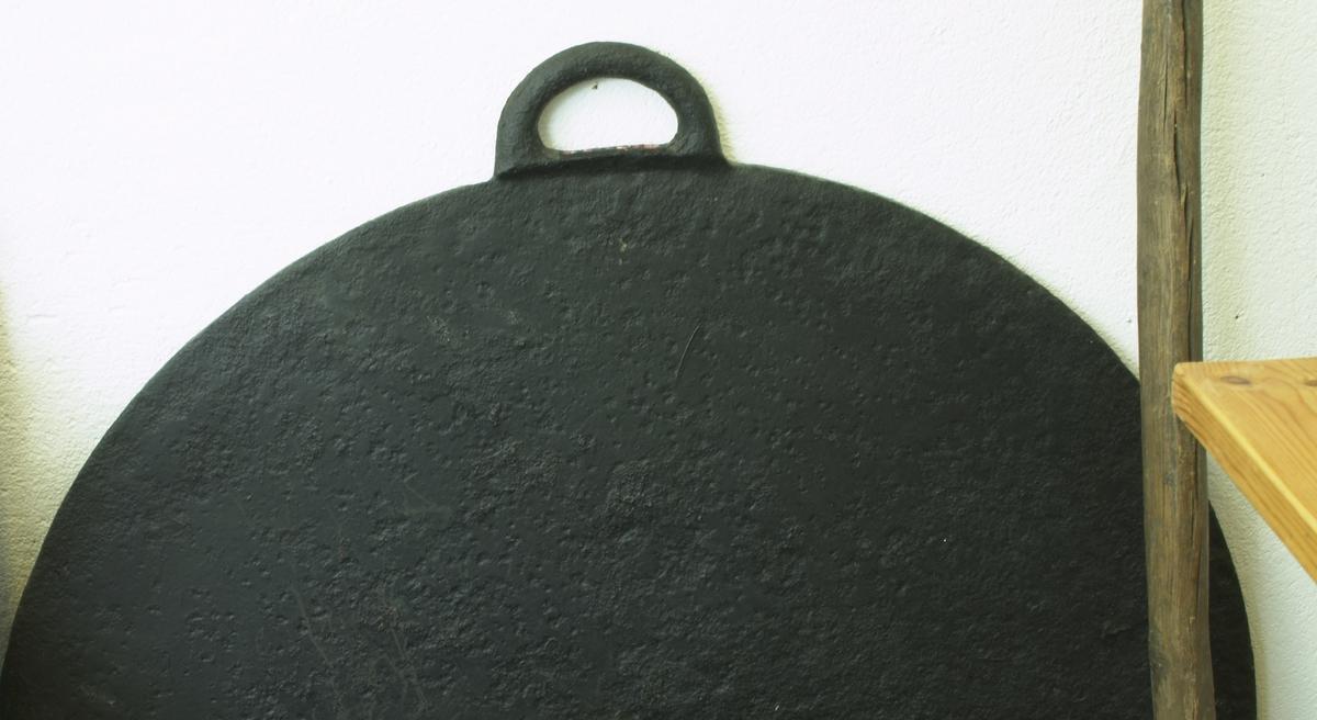 Ble brukt til å steike potetkaker og lefser på. Rundt tykk, stor jernplate. Med et håndtak i ene enden. Denne kunne således henges opp.