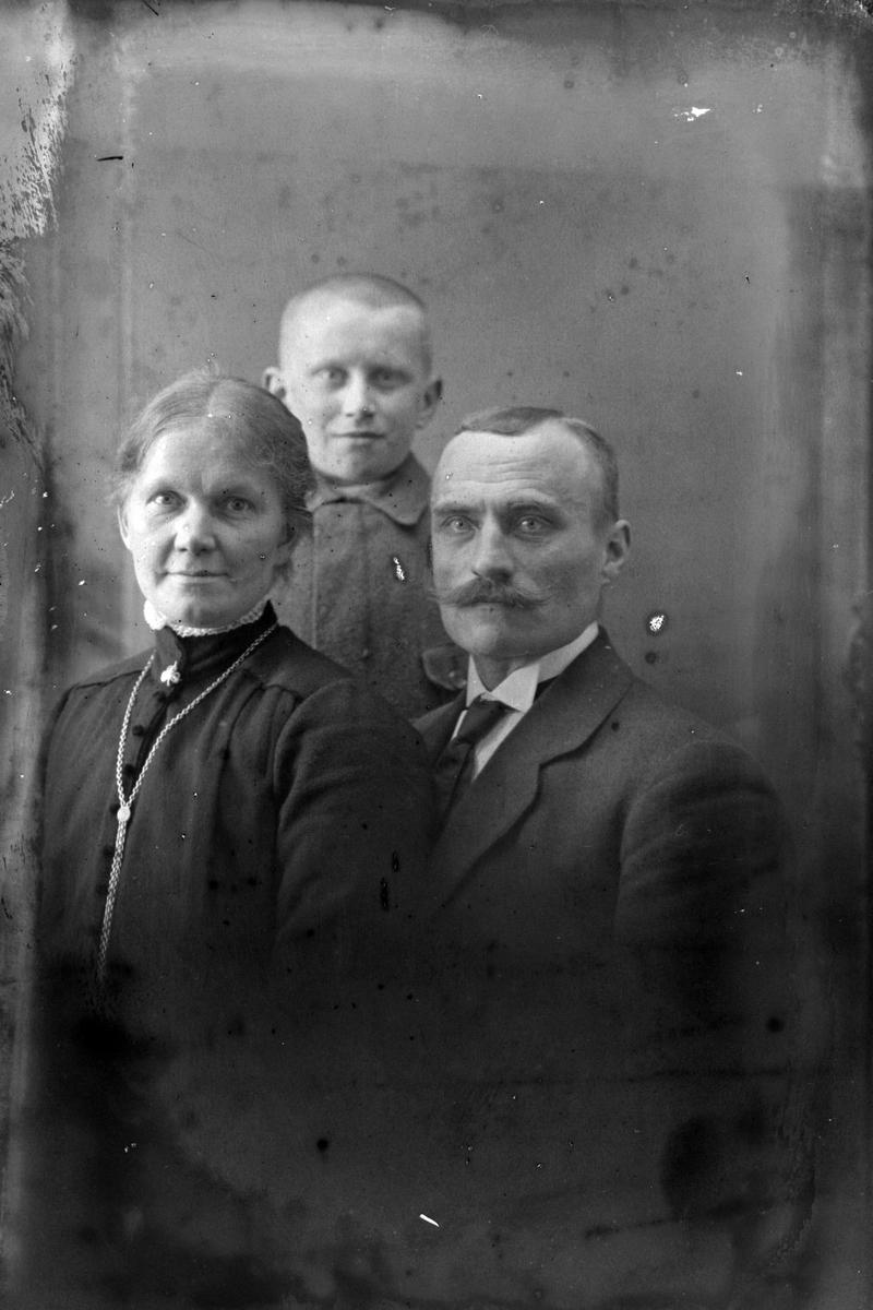 Studioportrett av tre personer i halvfigur, trolig familien Weie.