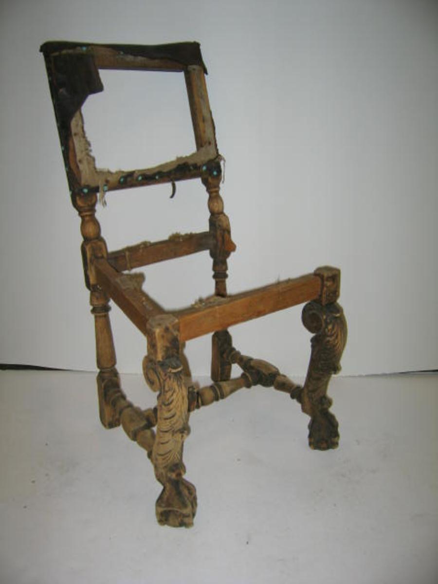 """1 defekt stol  Mangler stopning i ryg og sæte samt ellers enkelte trædele. Begge fremben praktfult utskaarne som bukke- ben, der ender i en klo, der griper om en kule. Forbindings- brettet mangler. Fra sidste del av 1600-tallet. Kjøpt av gaardbr. Bjørn K. Gjeithus, Arnefjord. LITT: ALBERT STEEN: """"STOLER I NORGE""""  DHS.3693/STOL ER KASSERT 19.01.2005 GRUNNA AT STOLEN ER SÅ DEFEKT AT DEN IKKJE KAN RESTAURERAST - DET RESTERANDE TREVIRKE ER FOR DET MESTE OPP ETE  AV MAKK -"""